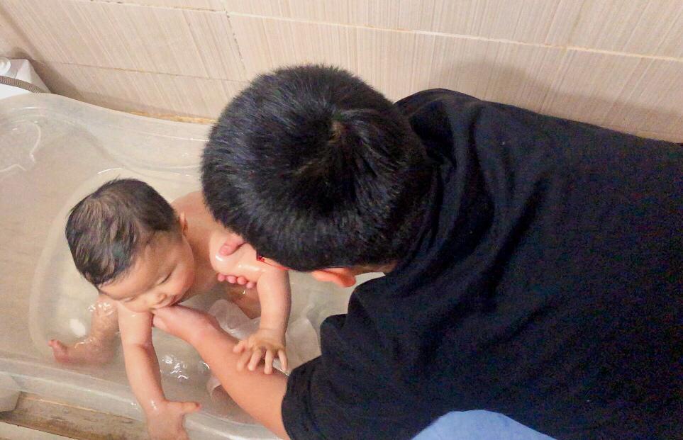 Danni baña a Andy