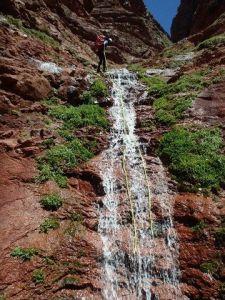 Début d'un rappel sur une cascade du canyon Yagour.
