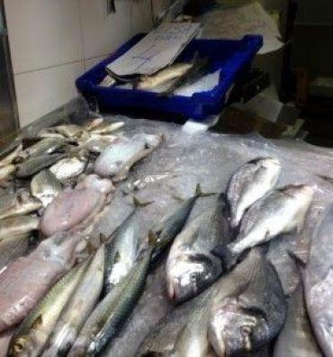 Pescado de estero en un puesto del mercado de Chiclana de la Frontera.
