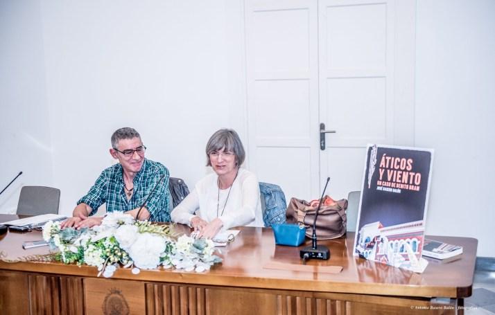 José Rasero Balón y su editora, Ana Mayi, durante la presentación de la novela.