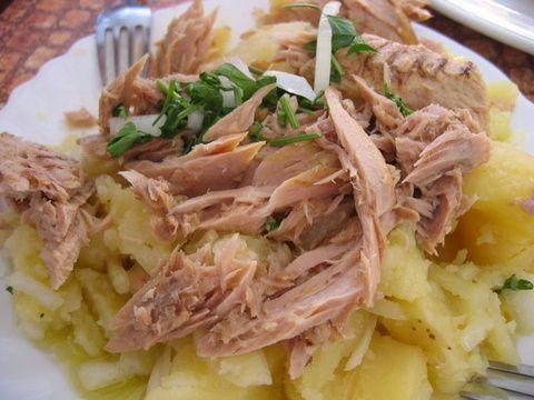 Ensalada de patata con bonito, según la receta de restaurante Barbiana de Sanlúcar