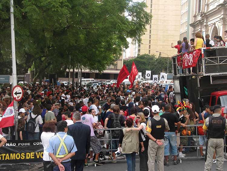 Passeata saiu do Colégio Julio de Castilhos e foi até a frente do Palácio Piratini