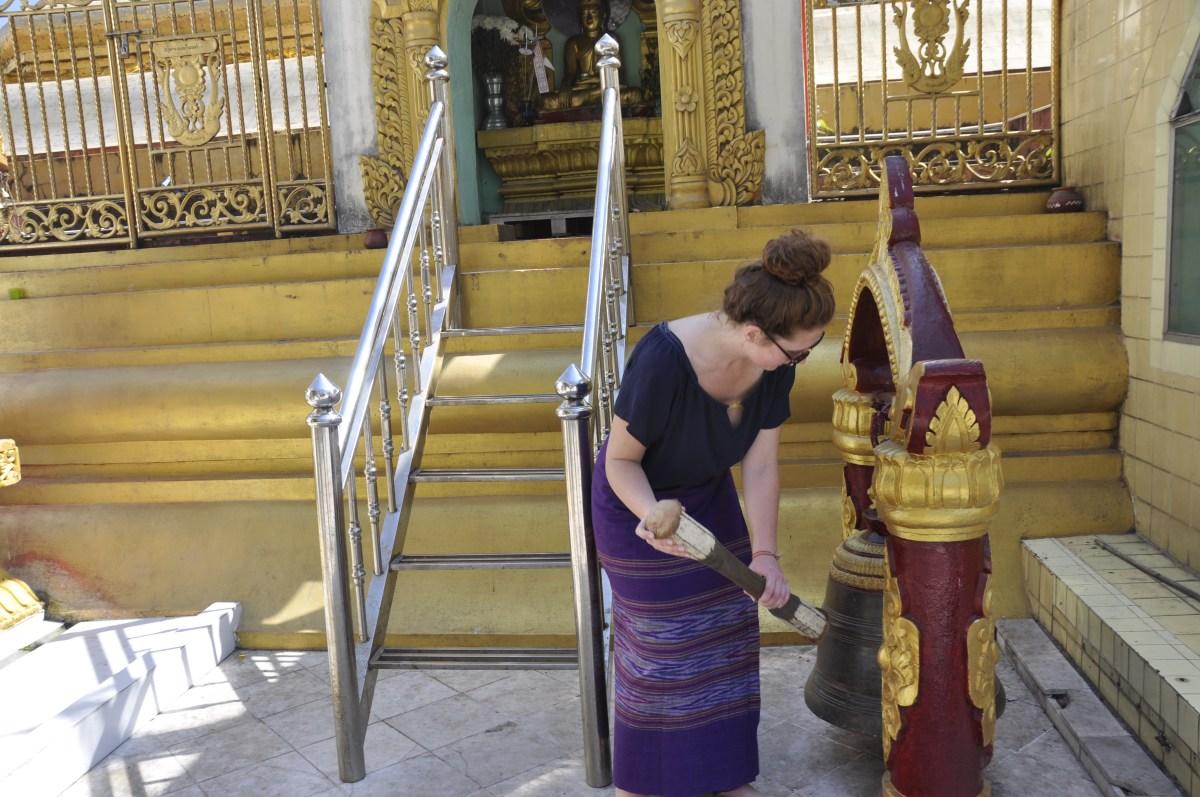 J+188 Suivre la coutume de la pagode en longyi birman !