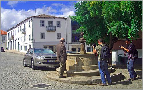Manuel António Pina junto à Fonte do Sabugal - Capeia Arraiana