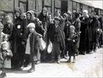 Mulheres e crianças judias, em Auschwitz, pouco antes de serem conduzidas às câmaras de gás