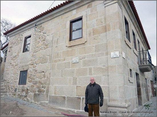 O neto de Joaquim Manuel Correia junto à casa onde nasceu o escritor (foto de Natália Bispo)