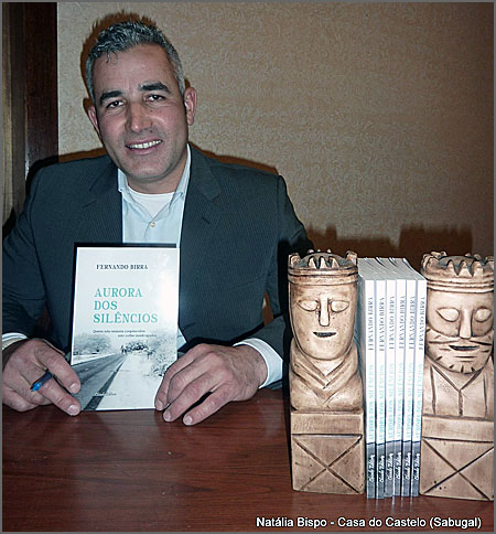 Fernando Birra com o seu novo livro «Aurora dos Silêncios» (foto de Natália Bispo)