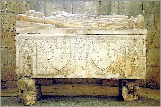 Túmulo da Infanta Dona Maria Afonso, filha natural do Rei D. Dinis, no Mosteiro de São Dinis e São Bernardo em Odivelas - Foto: Capeia Arraiana
