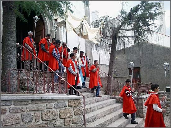 O Padre Helder na procissão da festa da Bismula (foto de Sónia Tomé)