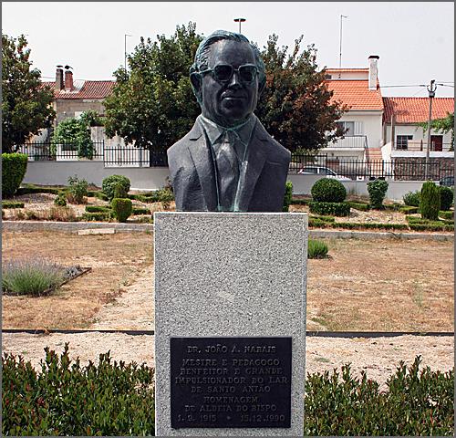 Busto de bronze do Dr. Nabais existente no jardim do Lar de Santo Antão, em Aldeia do Bispo. Ao fundo, as instalações do Lar. No Colégio Vasco da Gama existe outro busto igual. Foram ambos obra do escultor João Barata Feyo.