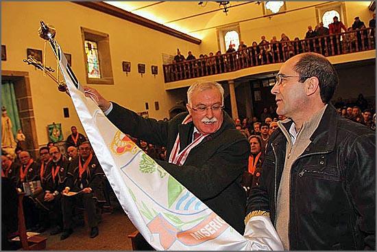 O juiz conselheiro Manuel Cipriano Nabais coloca a insígnia de honra no estandarte seguro pelo provedor Rui Carrilho (foto Manuel Monteiro)