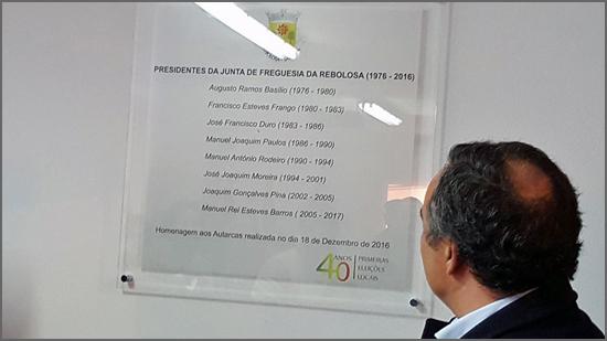 O presidente Manuel Barros olha para a placa evocativa com os nomes dos autarcas que presidiram à Junta de Freguesia
