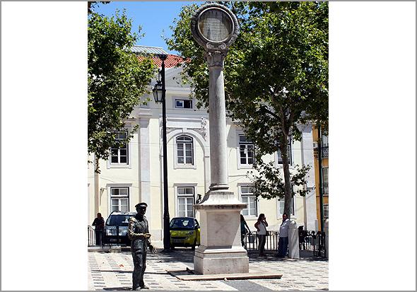 Monumento que celebra o casamento do rei D. Luís e de D. Maria Pia de Sabóia, popularmente chamado «a Palmatória». Largo Trindade Coelho - Capeia Arraiana