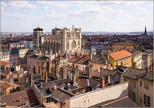 Vista da cidade francesa de Lyon onde se destaca a Catedral de São João Baptista