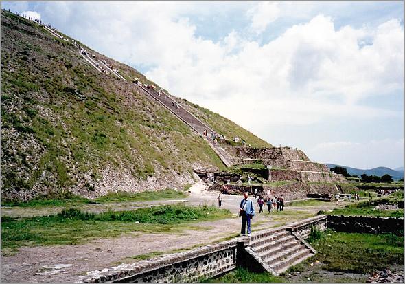 Franklim na base do Templo do Sol em Tehotiahuacan