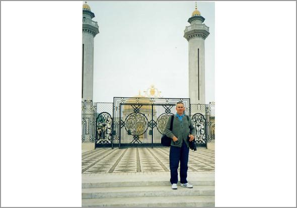 Franklim em frente ao mausoléu de Bourguiba