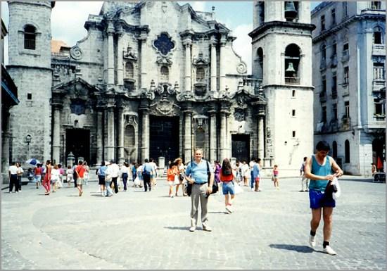 Franklim frente à Catedral na Habana Viega