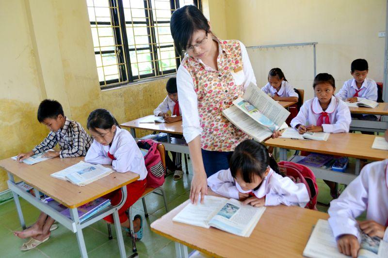 Kết quả hình ảnh cho cô giáo đang dạy học   Hình ảnh