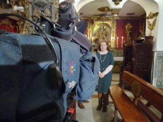 Presidenta de la asociación, Ana Martín. Delante de las cámaras de Canal Sur.