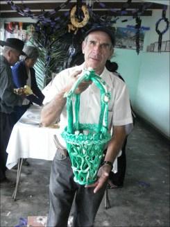 Nelson Paz se lleva un enorme canasto de caramelo para llenarlo de t'anta wawas