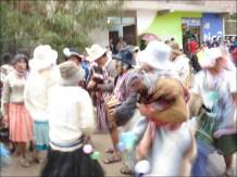 Una tradicional comparsa hace su ingreso con música de acordeón y guitarra y cantando coplas en quechua