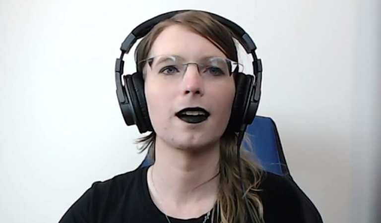 Chelsea Manning arma su propia PC Gamer