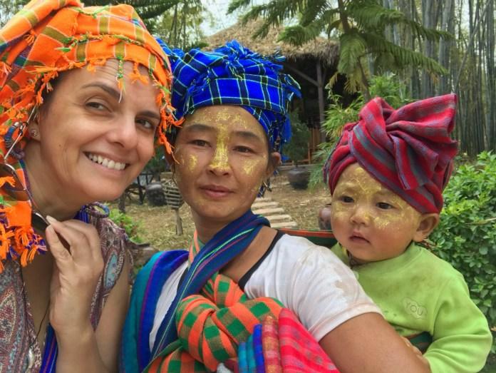 32_Eu_mercado_lago_Inle_com_etnia_Shan_by_me