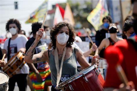 البرازيليون يتظاهرون