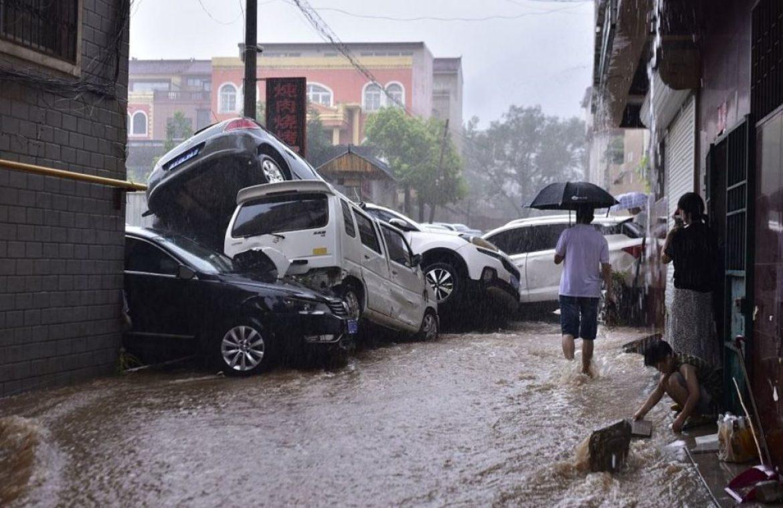 فيضانات كبيرة تضرب الصين وتفجر السدود وتغمر مترو الأنفاق..«صور»