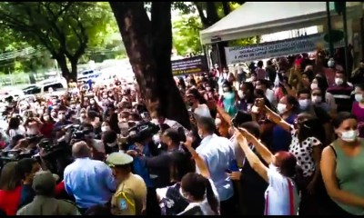 dr pessoa é vaiado por manifestantes na frente da prefeitura de Teresina