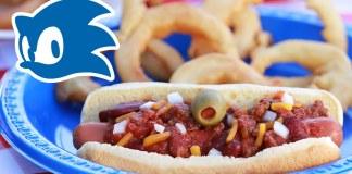 Sonic Chili Dogs con anillos de cebolla