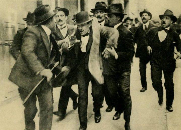 Mussolini_arresto_comizio_1915