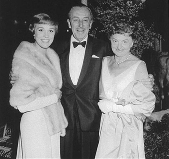 "Julie Andrews, Walt Disney e Pamela Travers posam para foto no lançamento do filme ""Mary Poppins"""