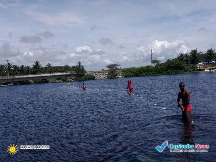 Jovens colocam bóias de indicação para prevenir afogamentos na Lagoa do Siri em Marataízes