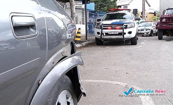 Família volta de hospital e tem carro atingido por bandidos durante perseguição em VV