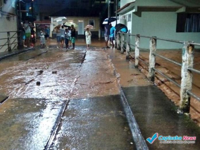 Chuva forte e ruas alagadas em Alegre
