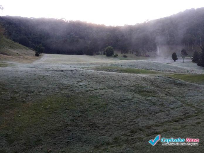 Frio congela verduras e muda a paisagem nas montanhas