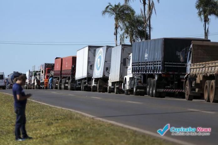 Caminhoneiros mantem manifestação contra o aumento do combustível