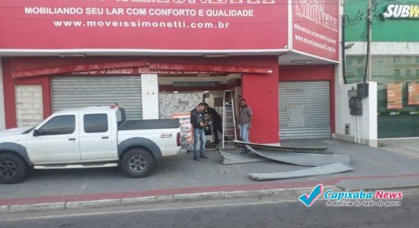Criminosos usam carro para arrombar loja na Serra