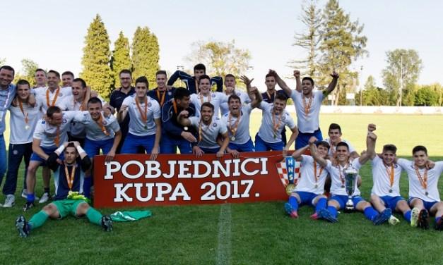 Torcida pjesmom pozdravila pionire, kadete i juniore Hajduka!