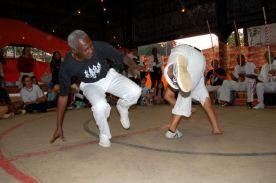 Mestre Alcides na roda de capoeira.