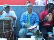 Mestre Dorival, com mestre Kenura e Paulinho Baraúna, na casa de Mestre Alcides de Lima