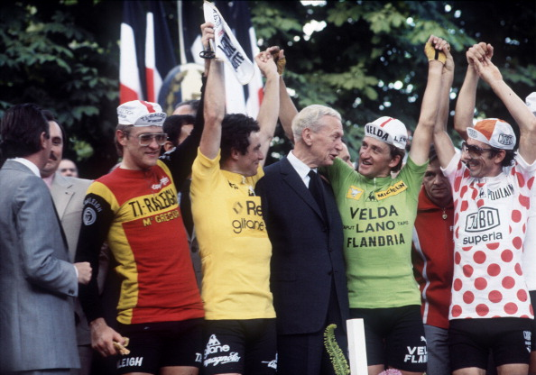Frenchman Bernard Hinault (3rd-L), wearing the yellow jersey of the overall winner of the 65th Tour de France, Dutch Gerrie Knetermann (2nd-L), winner of the last stage, French politician Maurice Couve de Murville (C), Freddy Maertens from Belgium, wearing the green jersey of the best sprinter, and Mariano Martinez of France, wearing the red and white polka dot jersey of the best climber, wave from the podium on July 23, 1978 at the end of the race. AFP PHOTO (Photo credit should read /AFP/Getty Images)