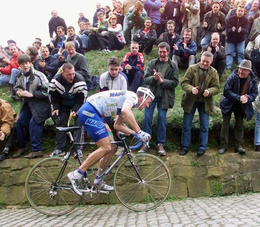 le Belge Johan Museeuw roule, le 05 Avril, dans la montÈe du mur de Grammont, lors du 82e Tour des Flandres cycliste, 2e Èpreuve comptant pour la coupe du Monde. Museeuw remporte l'Èpreuve devant l'Italien Stefano Zanini et le Belge Andrei Tchmil. (IMAGE ELECTRONIQUE) Johan Museeuw from Belgium cycles uphill 05 April, during the 82th Tour of Flanders. Museeuw wins versus the Italian Stefano Zanini and the Belgian Andrei Tchmil. (ELECTRONI IMAGE).