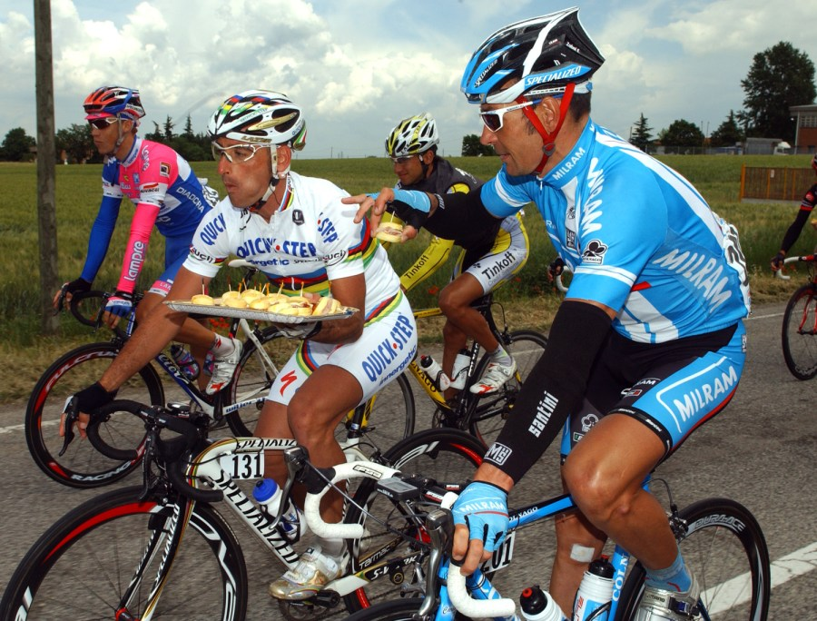 PAOLO BETTINI OFFERS SOME CAKES TO ERIK ZABEL ON STAGE TWELVE OF THE 2008 GIRO D'ITALIA