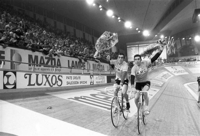 1975-second-triomphe-en-compagnie-du-fidele-patrick-sercu-a-gauche-eddy-merckx-entame-un-tour-d1