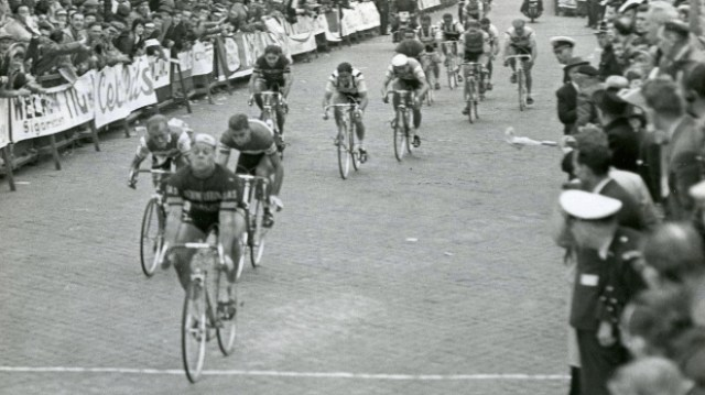 19600403 - WETTEREN, BELGIUM : Groene Leeuw Team Belgian cyclist Arthur De Cabooter pictured as he wins the 1960 edition of the Tour Of Flanders (Ronde) in Wetteren on 3 April 1960. BELGA PHOTO ARCHIVES