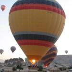 Воздушный шар начинает медленно отрываться от земли