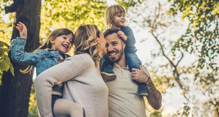 Parents heureux enfants radieux