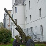 (4) One of the guns of 15 Field Regiment, Royal Canadian Artillery, outside the Seaforth Armoury entrance.